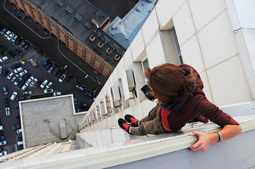 roof-climbing-girl-dangerous10.jpg